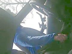 Wielrenner Helpt hombre de geile a de handje een auto