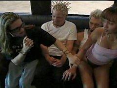 Bakom scenen brudar teen knullas av guitar player turnera buss!