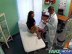 Maquette ados FakeHospital Cums pour le détatouage docteur se dispose dans sa chatte serré