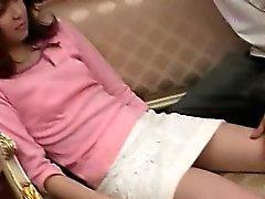 Da menina asiática despi sua buceta peluda