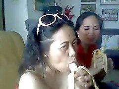 thailändischen reife Dame zeigt ihren großen Brüste und blasen Banane