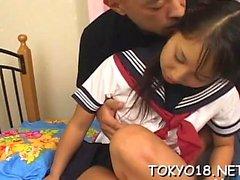 Asiatisk tonåring grovt knullad i hennes unshaved liten snatch