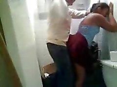 Muchacha india que recibió cogida rápida con sus BF en el inodoro no utilizado