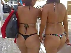 Cochonnes quittent la plage en bikini