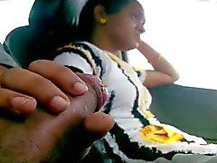 la muchacha parpadear polla FB en el coche de