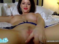 Emily Addison gros seins rousse se masturber jusqu'à la chatte entièrement humide.