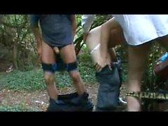Kilpailevat Amatööriluokassa - nai Strangers metsässä