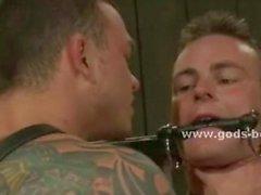 Büyük omuzlar ve tattooes ile Eşcinsel adam spanked alır ve becerdin