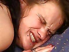 Äldre blir fisted av en tonåring medan killen knullade hennes röv