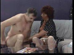 beyaz iç çamaşırı sapıkça olgun bayan sevgilisi büyük bir oral seks sunuyor