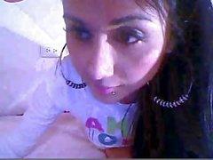 Excitée brünett Latine crée sa webcam montrer son masturber