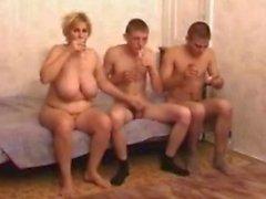 Betrunken reif Mutter mit zwei Jungs