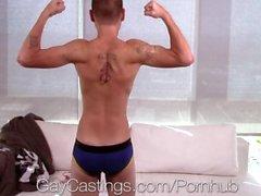 HD - GayCastings Amateur Kerl saugt ersten großen Schwanz auf Film