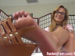 Sexy Blonde Jenny Jett Mostra Fuori piedi morbidi e dà Masturbazione con i piedi!