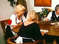 Da exploração agrícola de idade homem agrada a Loira mais moço na sua mesa de jantar