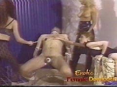 Merciless älskarinnor samarbeta för att göra slav kuk ont bad