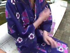 Hot geisha en uniforme chupa polla en los baños