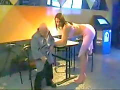 Nain Oldman Enfoncer la blonde sexy de