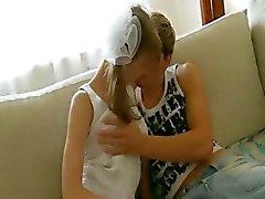 Busty tonåring knullar på föräldrarnas soffan