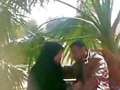 индийские мусульманское девушка делает мастурбирует ее бойфренд в парке