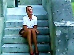 Возмужалая женщина тереть ее киску Вне
