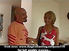 Amateur schöne Blondine bride süße Gesprächen mit einem große Kerl und blinkenden Höschen