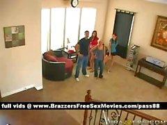 Eine Gruppe von Knaben und Mädchen zu Hause sitzen Tanz