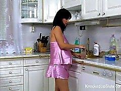 Красивая и беременна дитя трахается кухне
