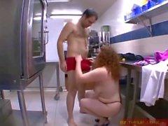 Le patron veut voir son employée baiser dans son resto !