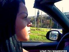 Jeune Kristina Bella suce son mec dans la voiture