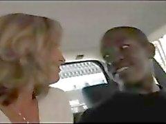 Vasca , blonde procace passa per un giro in macchina e sul suo cazzo e lo pompa i