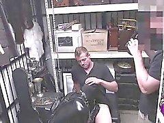 Lateksler bodysuit bölgesindeki adamla paraya gey oral