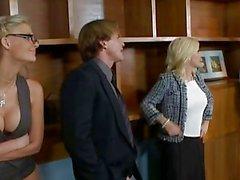 Blondes Phoenix Marie et Diamond Foxxx fuck dans le foursome