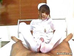 Excitée une infirmière Japon donner une branlette à chaud