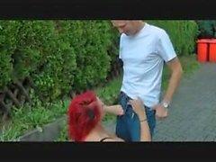 Kuuma redheadkuva saa munaa ulkotiloissa