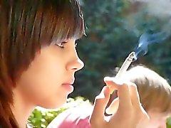 Ennakkoluuloton brunette kauneus tupakointi !