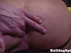 Muscled hunk wanking off e dedos seu traseiro