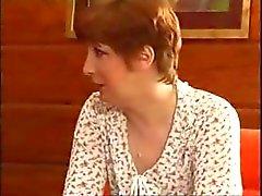 Äldre ryska brunett blåser en yngre kuk och blir bekänt