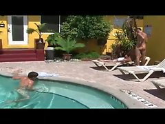 Mientras por la que se cabo en la junto a las piscinas el bronceado , de Vincenzo se hace un