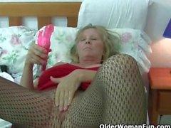 Британская старушки любить сольного секс в чулки и колготками