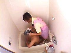 Dans la maison Infirmière asiatique lave sa bite avant de le nettoyer dans le
