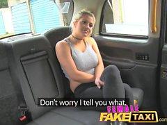 Kvinna Fake Taxi Finger knullar en passning brud