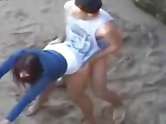 Jeune çift qui baise sur la plage