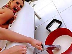 Schräge chick liebt es erhalten lauwarmer Milch spritzt ihr ins Gesicht