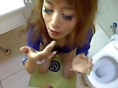 Glückliches chinesisches Mädchen genießen