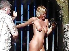 Flagellation extérieure de femme blonde de Hardcore publiques