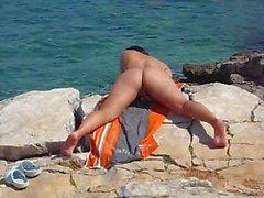 Tyttöystävä masturboi rannalla