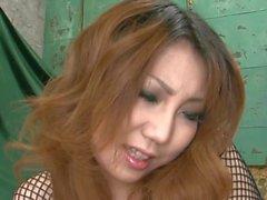 Asian tycker sin håriga skåran dunkat i stort dildo