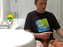 Teen gay boy fastnar wanking i badrummet