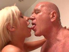 Han tog en dusch när henne kände behovet av att blåser sin kuk